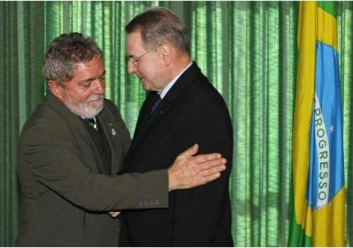 Lula recebe abraços de Jacques Rogge, presidente do Comitê Olímpico Internacional